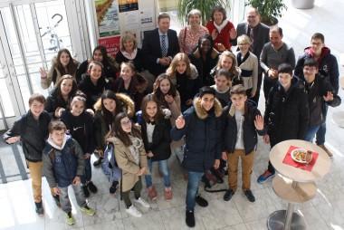 schon am ersten Tag bester Stimmung - unsere französischen Austuaschschülerinnen und -schüler beim Empfang durch Richard Greiner, den Bürgermeister der Stadt Neusäß