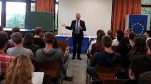 Europaabgeordneter Markus Ferber steht Rede und Antwort vor den OberstufenschülerInnen