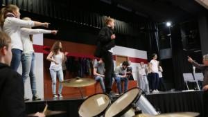 Neusässer GymnasiastInnen und andere SchülerInnen bei den Proben zuPeter Dempfs Musical 'Handy Blues', rechts der Autor (Foto Michael Hochgemuth)