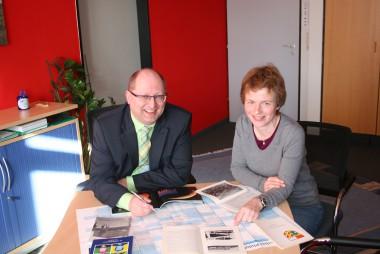 Schulleiter Düll und Jubiläumsbeauftragte Dr. Nüsseler bei den Planungen für das 50-jährige Bestehen des Justus