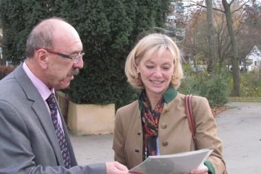 Elternbeirat Leo Fleiner und die Abgeordnete Carolina Trautner bei der Übergabe der Unterschriftenliste vor dem Justus (09.11.2015)