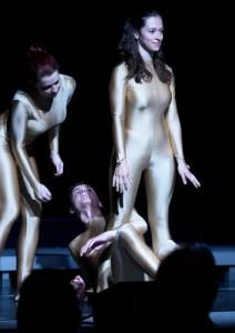 2015 Juli Oberstufentheatergruppe präsentiert 'Genesis 2.0 - der perfekte Mensch': Der einzelne verliert seine Individualität.