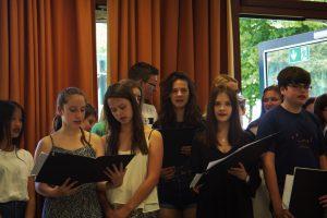 Unterzeichnung der Schulpartnerschaft: Der Chor unter Leitung von Frau Wersin. (Foto: Justus)