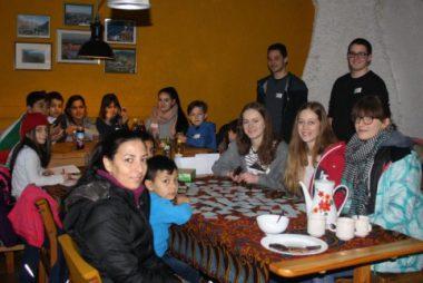 Oberstufenschüler des Justus-von-Liebig-Gymnsiums haben sich als P-Seminar die spielerische Betreuung von jungen Flüchtlingen ausgewählt. Davon haben beide etwas. (Foto: Sigrid Wagner)