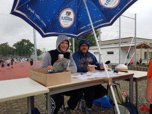 Matthias Bause und Lukas Wolf trotzen dem Regen.