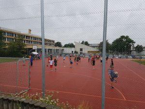 Unterstufen-Spieletag im Regen; das tut der Freude und dem Einsatz aller Beteiligten keinen Abbruch.