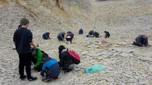 Schülerinnen und Schüler im Steinbruch