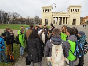 2014 Dez. Ausflug der Klassenbesten, Herr Düll als Stadtführer am Königsplatz in München