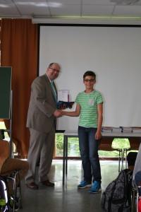 Herr Düll überreicht Dennis Horvat seinen 1. Preis und das Känguru-T-Shirt